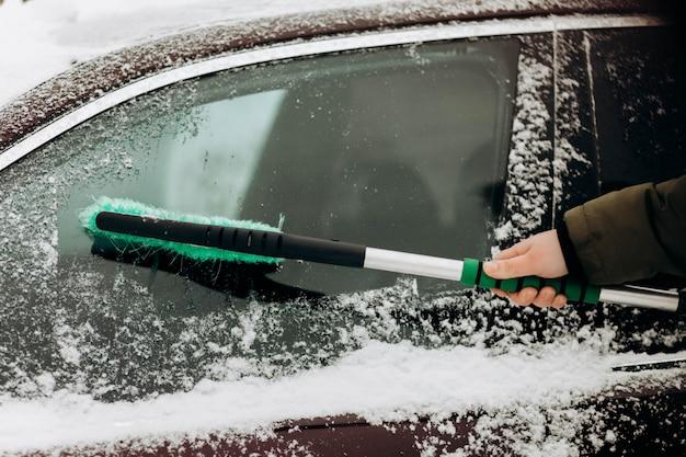 雪から車を掃除