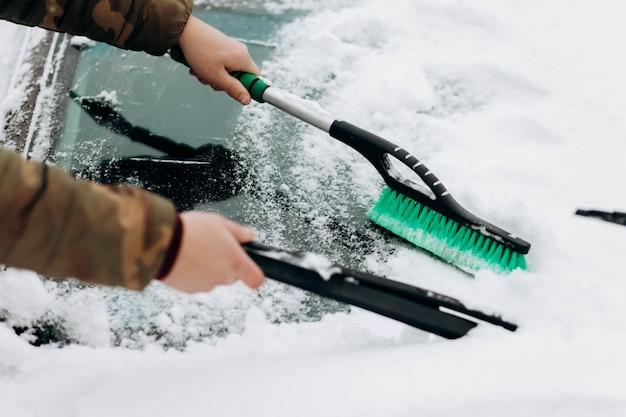 Чистка машины от снега
