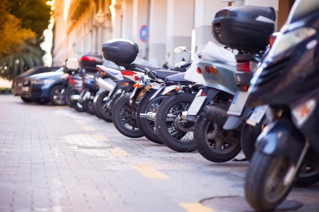 Много скутеров на улице.