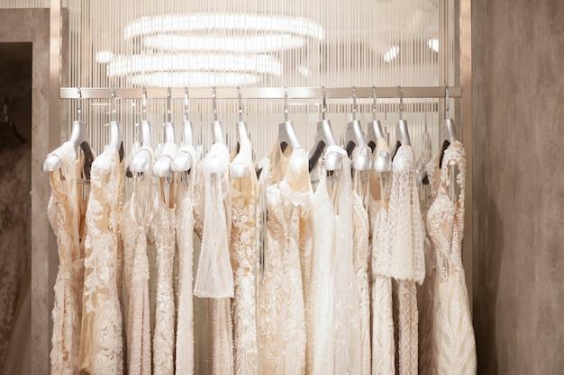 Выбор свадебных платьев в магазине