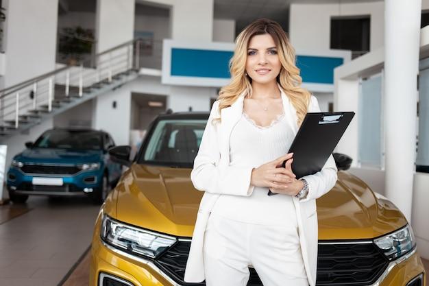 自動車販売店での自動車販売の女性エージェント