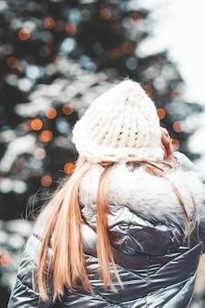 クリスマスツリーを持つ女性
