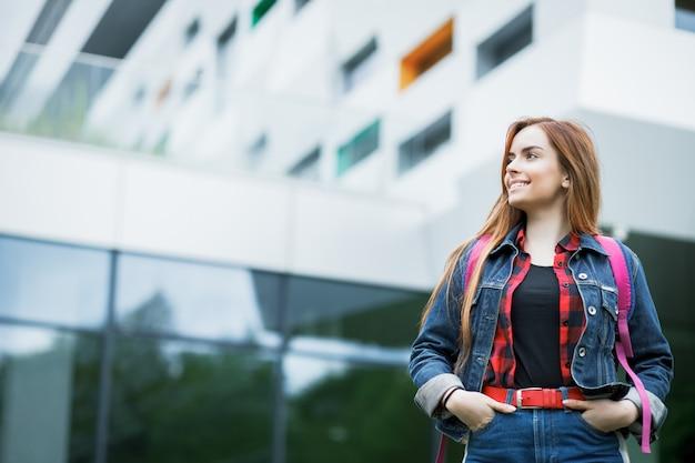 キャンパスの建物の学生の肖像画