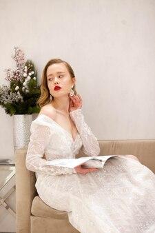 Портрет красивой девушки с журналом в руках