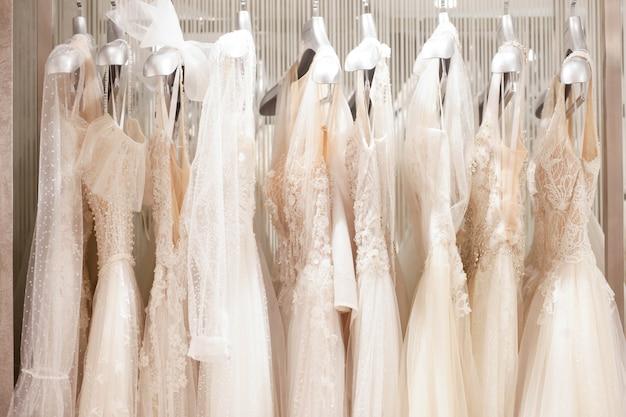 Большой выбор платьев в свадебном салоне.