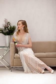 Роскошная дама с красивыми волосами и восхитительным платьем сидит на карете