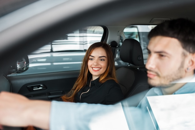 車の中で若い人たちのカップル