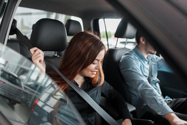 女性は彼女のシートベルトを締めます