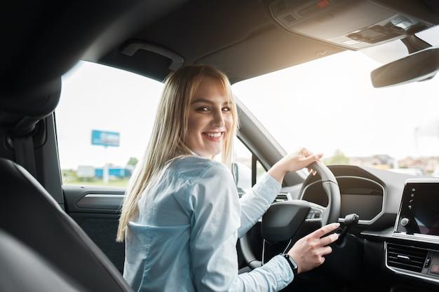 現代の車を運転してビジネス女性