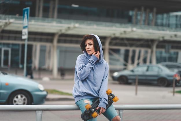 Девушка с скейтбордом