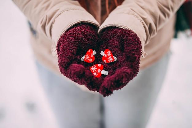 バレンタインデーの装飾が施された手