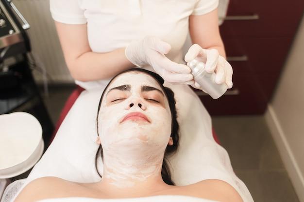 ビューティーサロンで顔に保湿栄養マスクを適用する手順