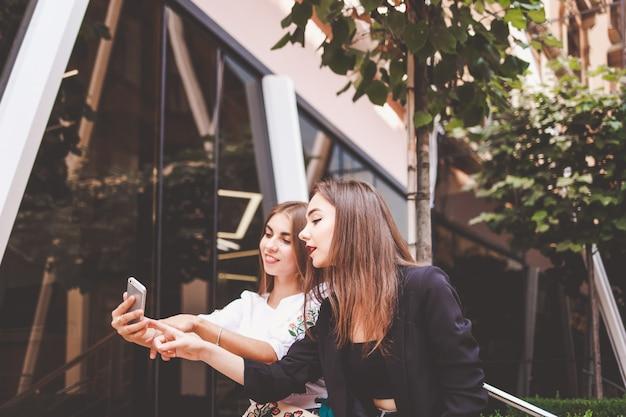 スマートフォンを楽しんでいる魅力的な女の子