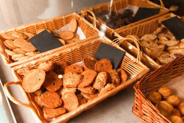 Разнообразие печенья на прилавке кондитерской