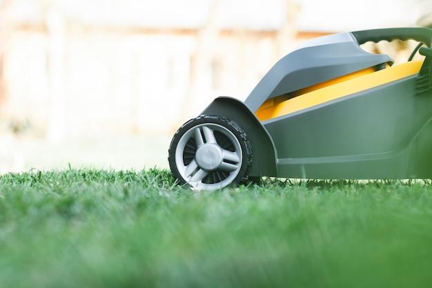 芝刈り機の正面図