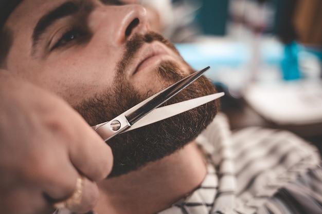Укладка бороды и стрижка.