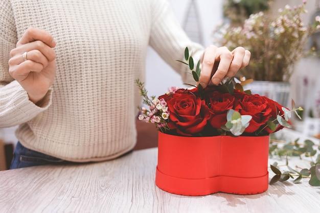 Процесс создания шляпной коробки с цветами