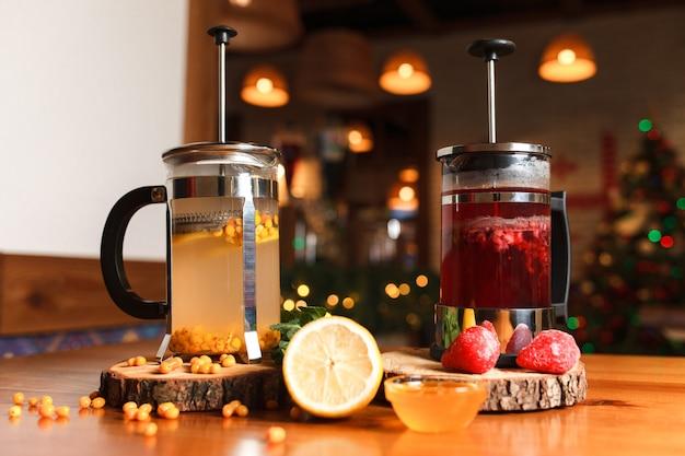 Натуральные фруктовые чаи на столике в кафе