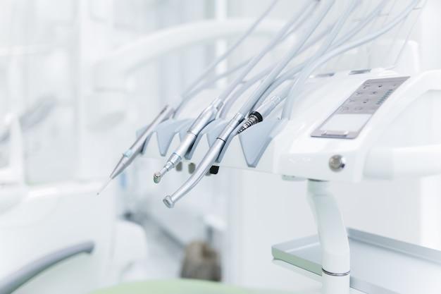Современные стоматологические дрели в кабинете стоматолога