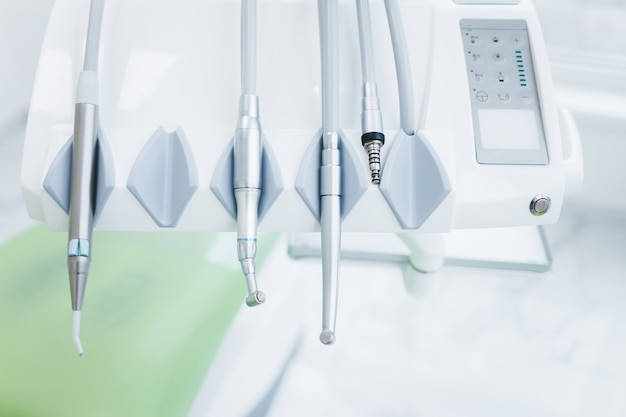 Современные стоматологические дрели в офисе стоматолога. стоматологическая установка крупным планом