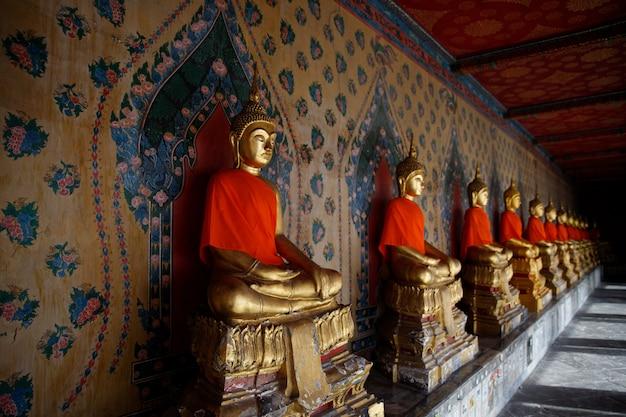 タイ(バンコク)の寺院の黄金の仏像の装飾
