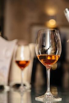 Алкогольные напитки в бокалах на столе
