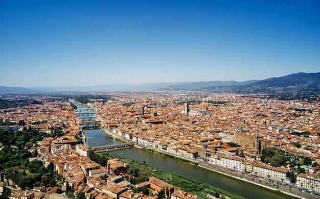 素晴らしいフィレンツェの街の空撮。アルノ川のパノラマビュー、ヴェッキオ橋、ヴェッキオ宮殿、サンタマリアデルフィオーレ大聖堂(ドゥオーモ)、フィレンツェ、イタリア