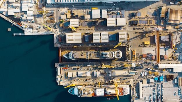 インポートおよびエクスポートおよびロジスティクス、アンコーナ、イタリアの大きな港の港の空撮