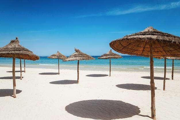 Песчаный пляж у моря.