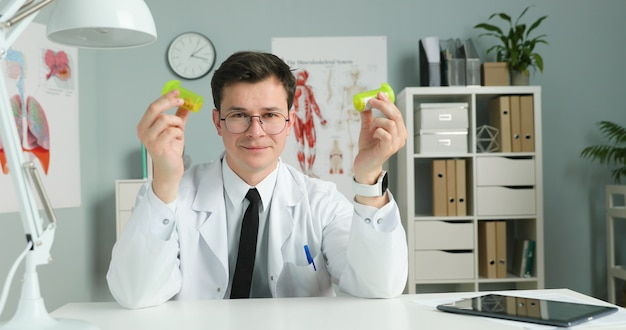 Молодой врач сидит в медицинском кабинете