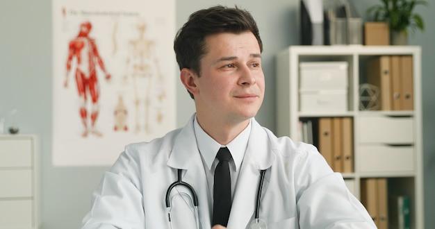 医療事務に座っている若い医者