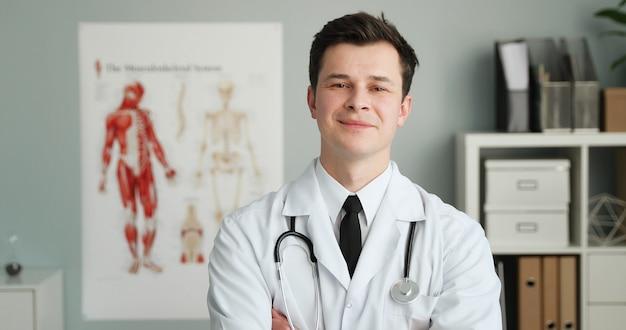 Молодой врач в медицинском кабинете