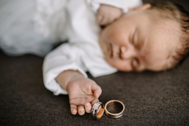 かわいい新生児がベッドで眠る