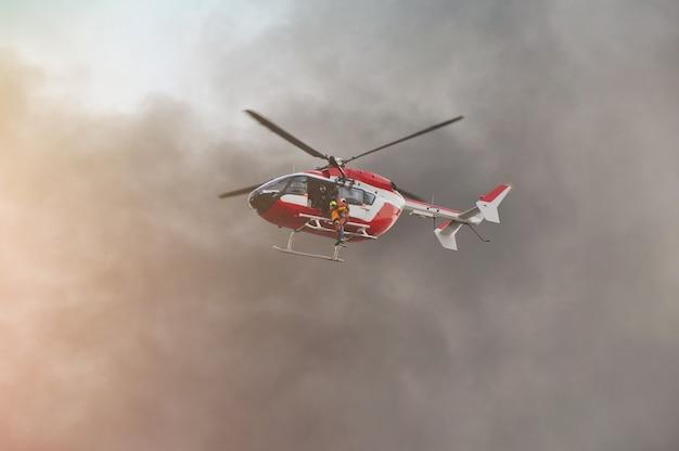 Спасательный вертолет движется в спасательной миссии