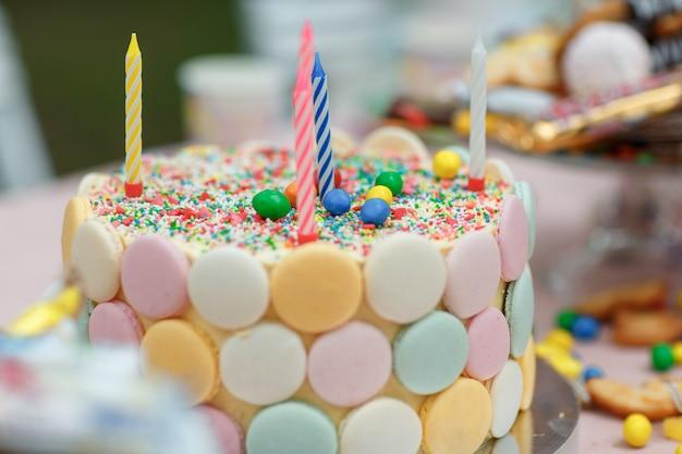 マカロンとキャンドルでケーキの誕生日