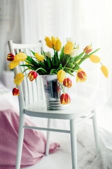 Весенние цветы. многие красивые цветные тюльпан в букете.
