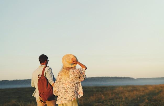 幸せな旅行のカップルが一緒にリラックス。新婚旅行で幸せな恋人たち