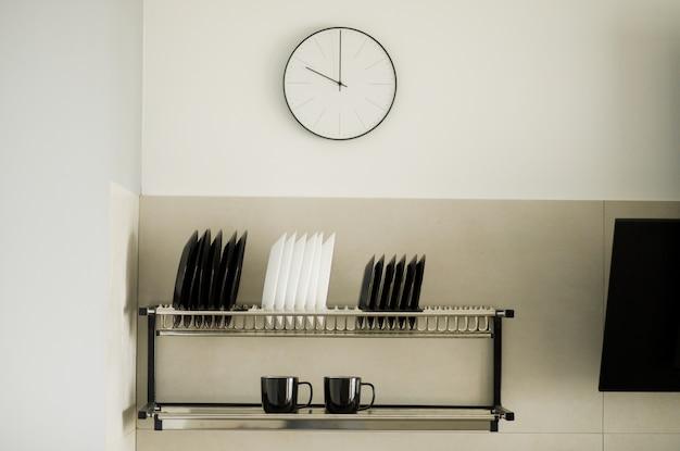 モダンなキッチン、クローズアップ、調理パン、白とグレーのミニマルなインテリアデザインのガスストーブ。
