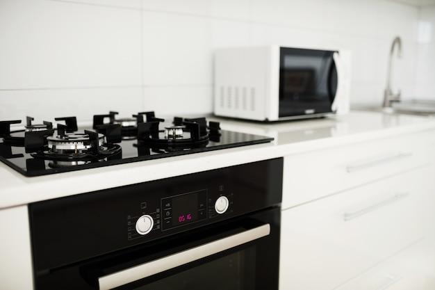 電気炊飯器と電子レンジを備えたモダンなキッチンインテリア