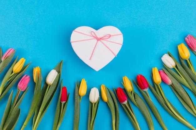 ギフトボックスと素敵なチューリップの花の組成
