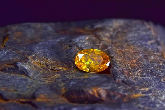 宝石の作成には珍しく高価な黄色の美しい色