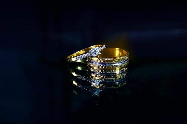 Обручальное кольцо с бриллиантами на темном