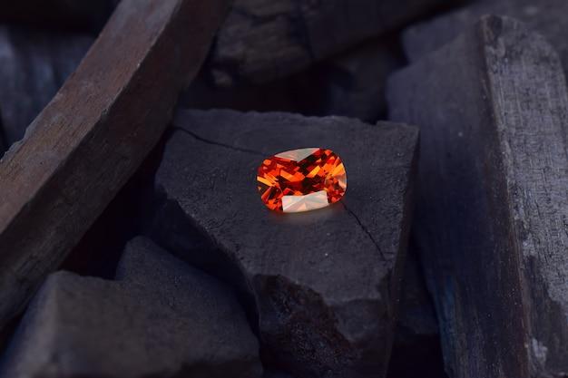 Оранжевый сапфир - это красивый красный драгоценный камень
