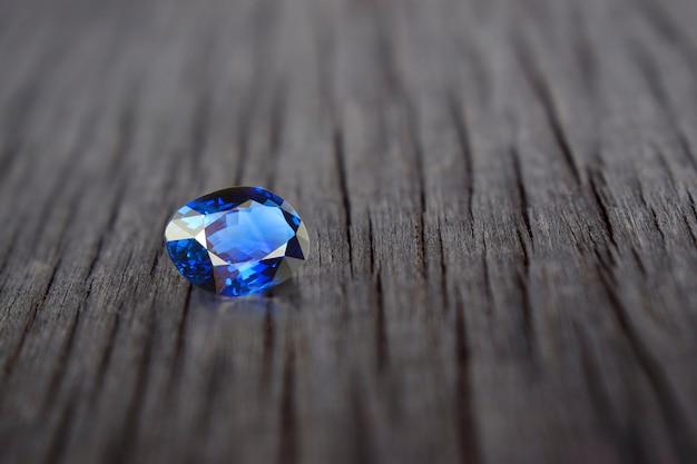Синий сапфир ценный, дорогой и редкий. для изготовления ювелирных изделий
