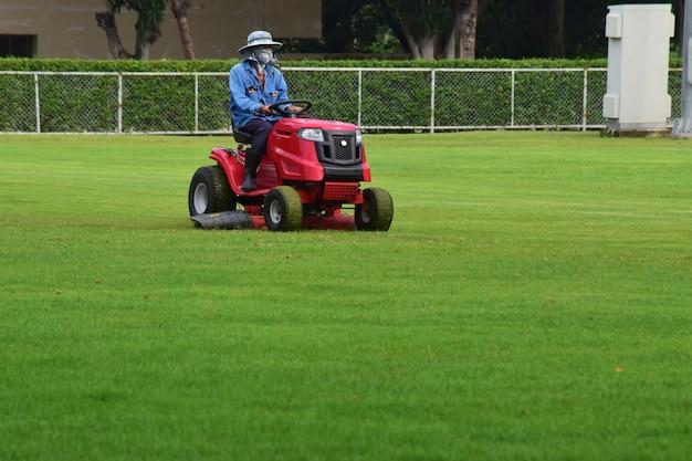 サッカー場を刈り続ける小さな芝刈り機