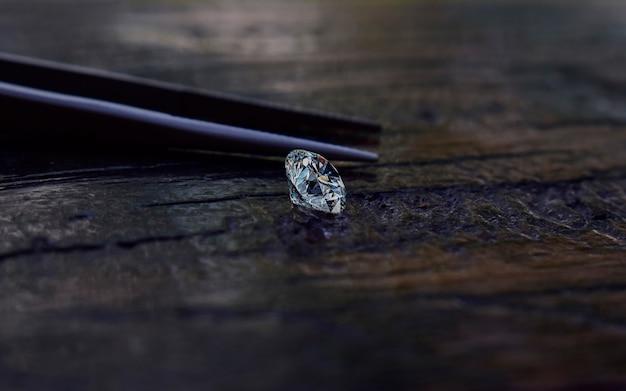 選択されたダイヤモンドは透明できれいです。木製の床に美しい