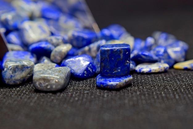 Лазурит - это красивый синий драгоценный камень