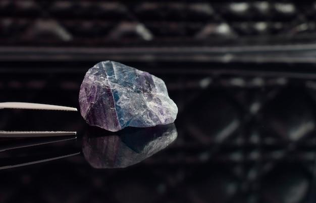 床の上のアメジストの結晶反射鏡