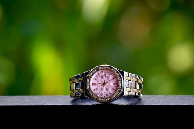 Роскошные часы на сверкающем стеклянном полу