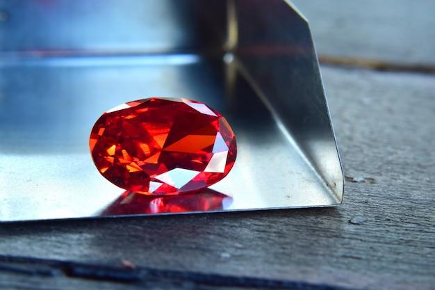 ルビーは木製の床にある美しい赤い宝石です。